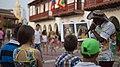 Hombre enseña arte a niños en Cartagena.jpg