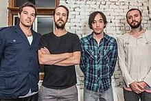 La vicigo de Hoobastank en 2013, De maldekstre dekstren, Dan Estrin, Chris Heese, Doug Robb, kaj Jesse Charland.jpg