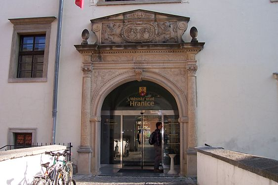 Hranice, portál zámku.jpg