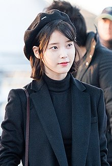 IU at Incheon airport, 6 January 2017 02.jpg