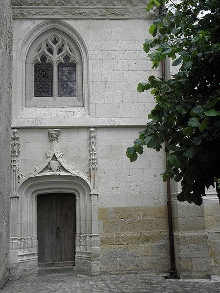 Porte occidentale de la chapelle seigneuriale de la collégiale Saint-Cyr et Sainte-Julitte de Jarzé (49).