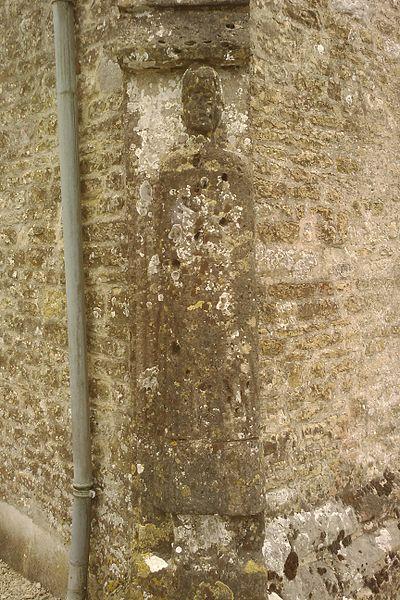 Église Saint-Vigor de Joganville - gisant debout du XIIe représentant un homme portant casque, bouclier et lance, et est vêtu d'une robe