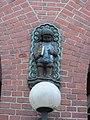Jungenfigur über dem Eingang der Schule Tieloh in Hamburg-Barmbek-Nord.jpg