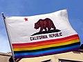 Kalifornische Staatsfahne mit Regenbogenstreifen.JPG