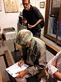 Kim signant a València (1).jpg