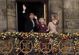 King Willem-Alexander, Princess Beatrix, and Queen Maxima greeting Amsterdammers from the Royal Palace of Amsterdam during Willem-Alexanders inauguration in 2013 King Willem-Alexander, Princess Beatrix en Queen Maxima.jpg