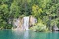 Kleiner Wasserfall am See Okrugljak im Nationalpark Plitvicer Seen, Kroatien (48670269896).jpg