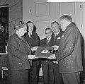 Koningin Juliana krijgt grammofoonplaat, gemaakt bij huwelijk prinses Beatrix , , Bestanddeelnr 918-9402.jpg