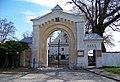 Kouřim, hřbitovní brána u kostela Nejsvětější Trojice.jpg