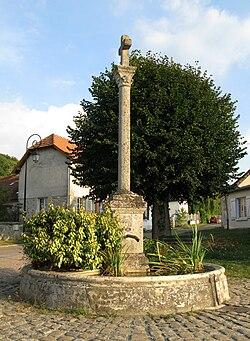 La Croix-sur-Ourcq fontaine 1.jpg