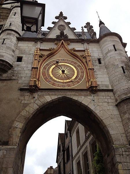 Au centre de la vieille ville d'Auxerre, la porte de l'Horloge de face