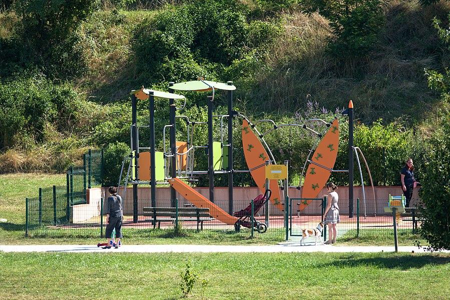 Aire de jeux autour du lac de Flourens.