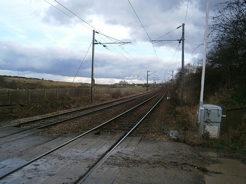 La ligne de Plaisir - Grignon à Épône - Mézières (vue en direction de Plaisir - Grignon), au passage à niveau n° 1, à Saint-Germain-de-la-Grange (78).