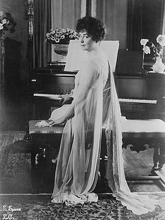 Lois Weber - Lois Weber at the piano (1912)