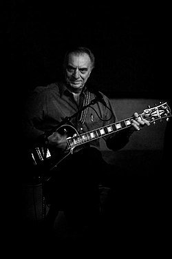 Lou Pallo, Les Paul with his trio live, Iridium Jazz Club, NYC, October 2008.jpg