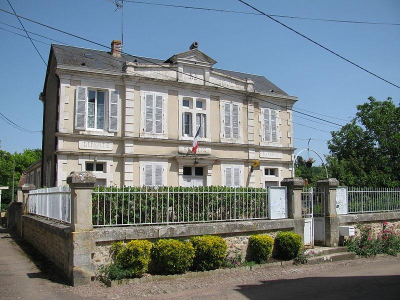 La mairie de Monceaux-le-Comte, Nièvre, France.