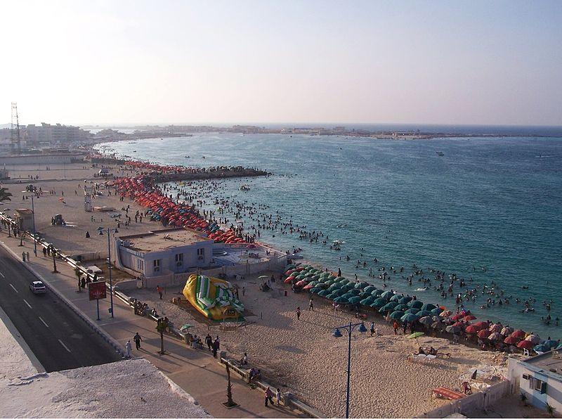 جولة سياحية في مصر 800px-Marsa_Matruh_Umbrellas_on_the_Waterfront