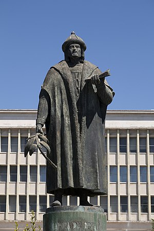 Garcia de Orta - Statue of Garcia de Orta by Martins Correia at the Institute of Hygiene and Tropical Medicine, Lisbon