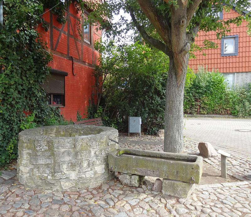 Die Liste der Brunnen in Braunschweig 800px-Mascherode-Dorfbrunnen_BS-Img01