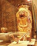Mexico - Museo de antropologia - Tonatiuh en jarre rouge.JPG