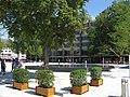 Mit Pflanzkübeln versehene Stolperecke am Freiburger Platz der Alten Synagoge.jpg
