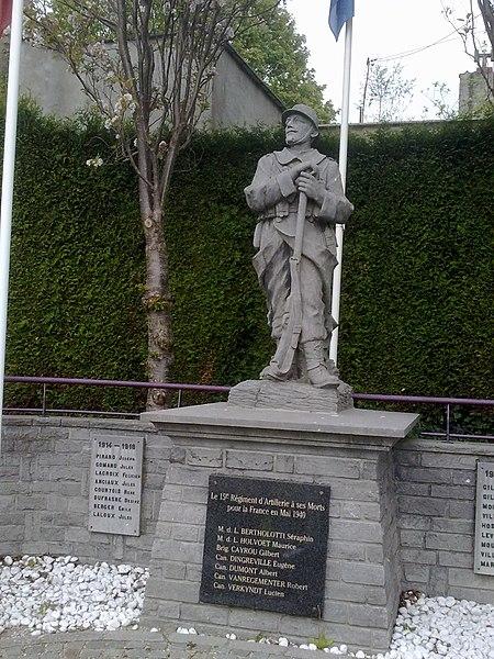 Le Monument au Morts des deux Guerres sur la place de l'église de Mont Saint Guibert.