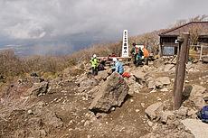 登山者でにぎわう金時山山頂。風衝地となっているため、広闊な展望を有する。