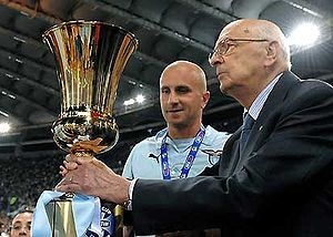 2009 Coppa Italia Final - Rocchi receives the trophy form Giorgio Napolitano.