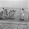Nieuw aangekomen immigranten (oliem) worden omgeschoold tot vissers. Vissers in , Bestanddeelnr 255-1587.jpg