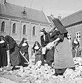 Nonnen bezig met opruimen van bouwpuin, Bestanddeelnr 191-1171.jpg