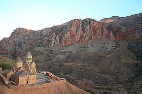 Noravank with cliffs-DCP 0186.JPG