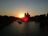 Notre Dame de loin coucher de soleil.jpg