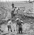 Opgraving neergeschoten vliegtuig in polder bij Waalwijk. Overzicht van de werkz, Bestanddeelnr 912-6992.jpg