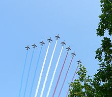 La Patrouille de France durante la parata della festa nazionale della Francia disegnano nel cielo la bandiera nazionale
