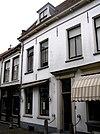 foto van Gepleisterd huis met getrapgevelde scheimuren