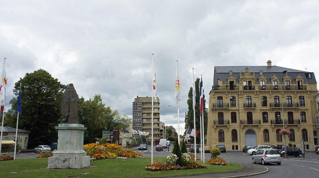 Place Turenne de Sedan avec la statue éponyme et le Moulin à foulon Lemoine-Desmarets.
