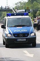 Zunehmend werden seit 2005 alte grün-weiße Polizeifahrzeuge durch blau-silberne ersetzt.