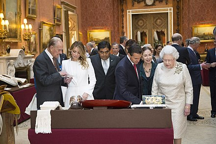 Elizabeth II showing objects to the then President of Mexico on his state visit to the UK in 2015