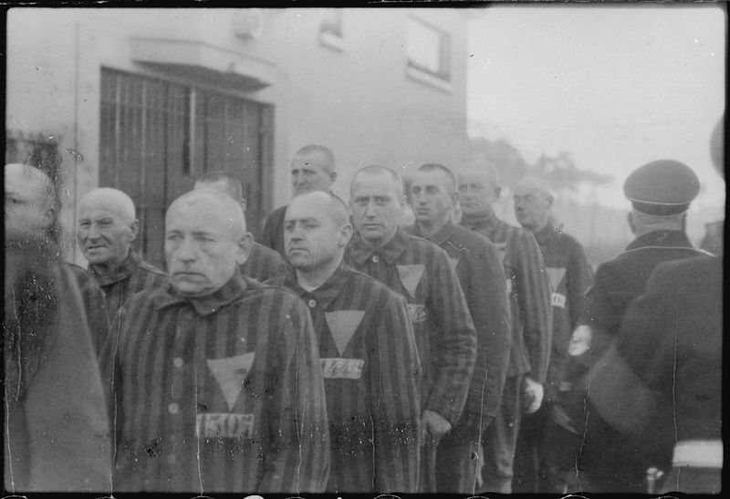 File:Prisoners in the concentration camp at Sachsenhausen, Germany, 12-19-1938 - NARA - 540175.jpg