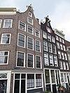foto van Hoekhuis met gevel met bij restauratie hierheen overgebrachte klokvormige top