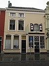 foto van Huis met geelgepleisterde en van stucversiering voorziene lijstgevel: 39 als pakhuis in gebruik