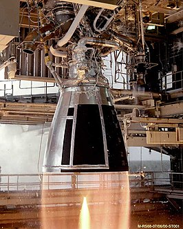 Een RS-68 wordt statisch getest in een testopstelling (NASA's Stennis Space Center).