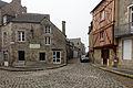 Rue pavée et maisons en pierre et pans de bois à Dinan, France.jpg