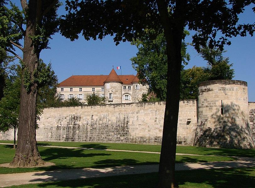 A Saint-Dizier, le château médiéval, siège de la sous-préfecture depuis 1959.