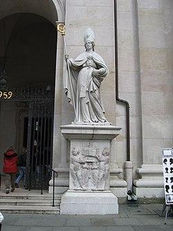 Szent Virgil szobra a salzburgi székesegyháznál