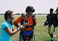Samuel González salta en paracaidas.jpg