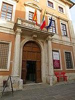 San Quirico d'Orcia - Panchina Rossa a Palazzo Chigi Zondadari.jpg