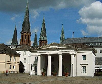 Schlosswache mit Lambertikirche.jpg