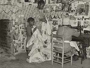 The Quilts of Gee's Bend - Image: Sewing a quilt. Gees Bend, Alabama April 1937
