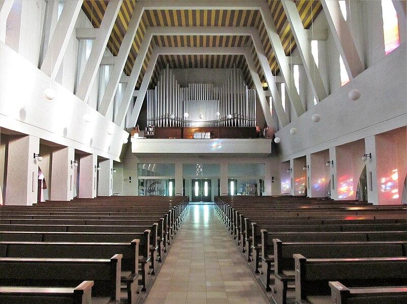 Datei:St. Ingbert Pfarrkirche St. Hildegard Innen 05.JPG